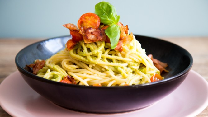 Avocado-Pasta mit Bacon-Tomaten-Topping