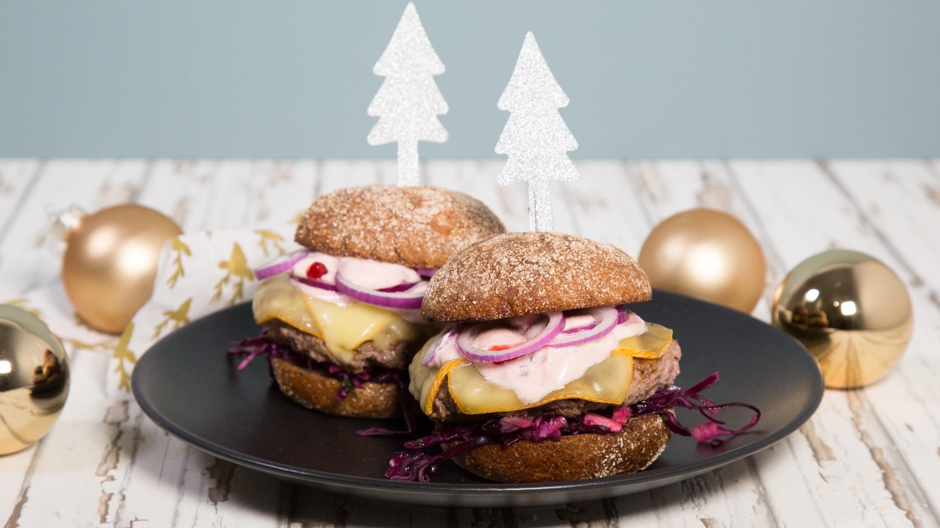 Weihnachtsburger mit Rotkohlsalat und Raclettekäse