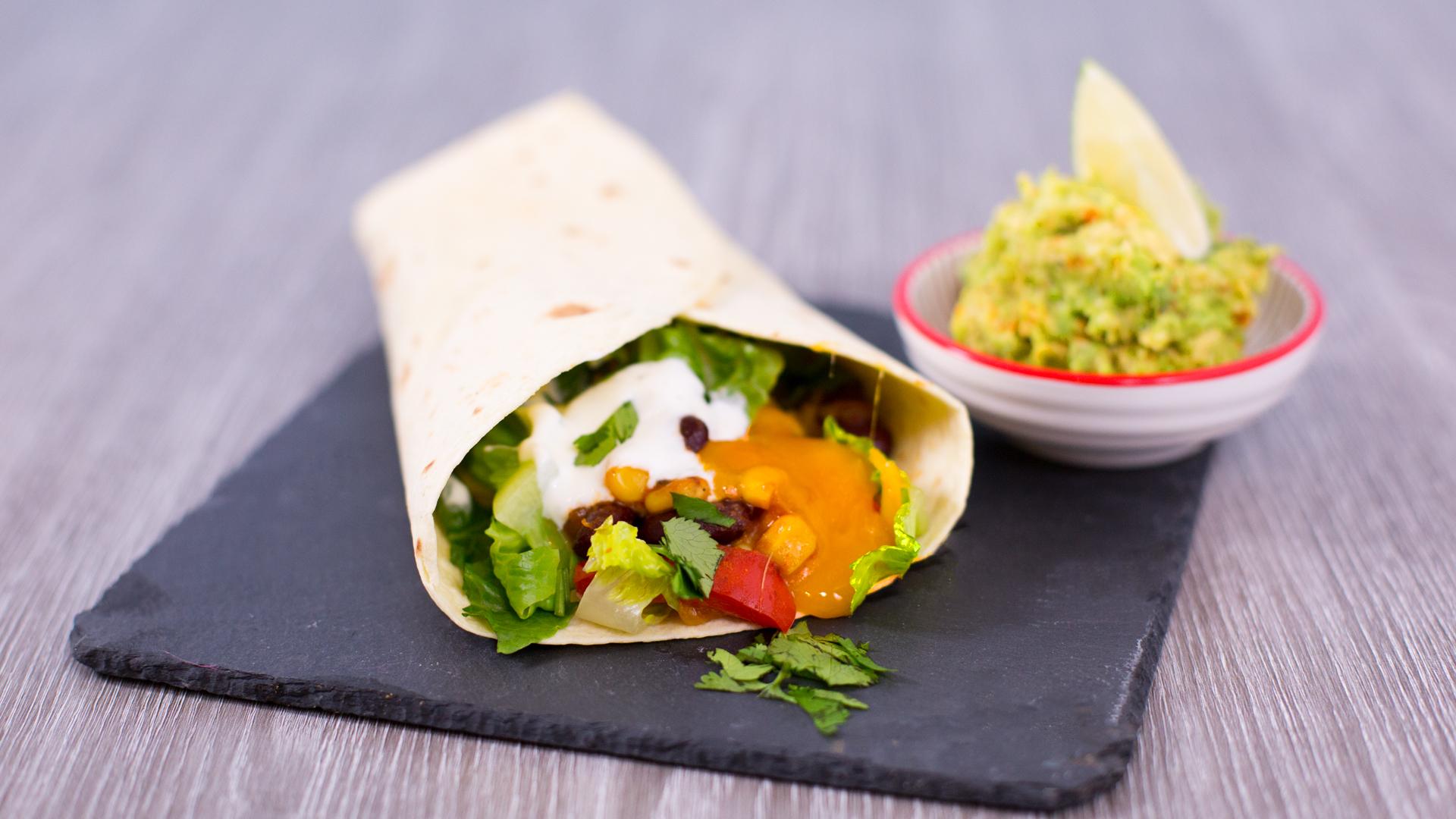 vegetarischer burrito mit bohnen salat und avocado dip. Black Bedroom Furniture Sets. Home Design Ideas