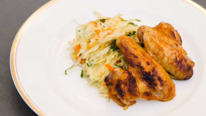 Chicken-Wings mit Krautsalat