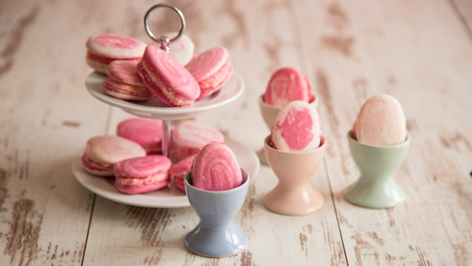 Selbstgemachte Oster-Macarons mit Himbeercreme