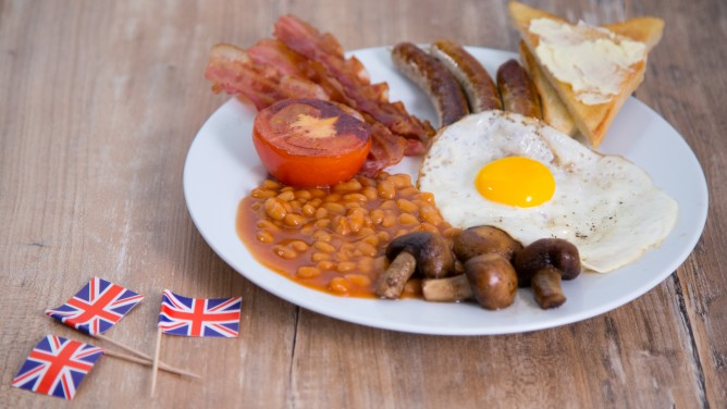 Traditionelles English Breakfast mit Baked Beans, Bacon und Toast