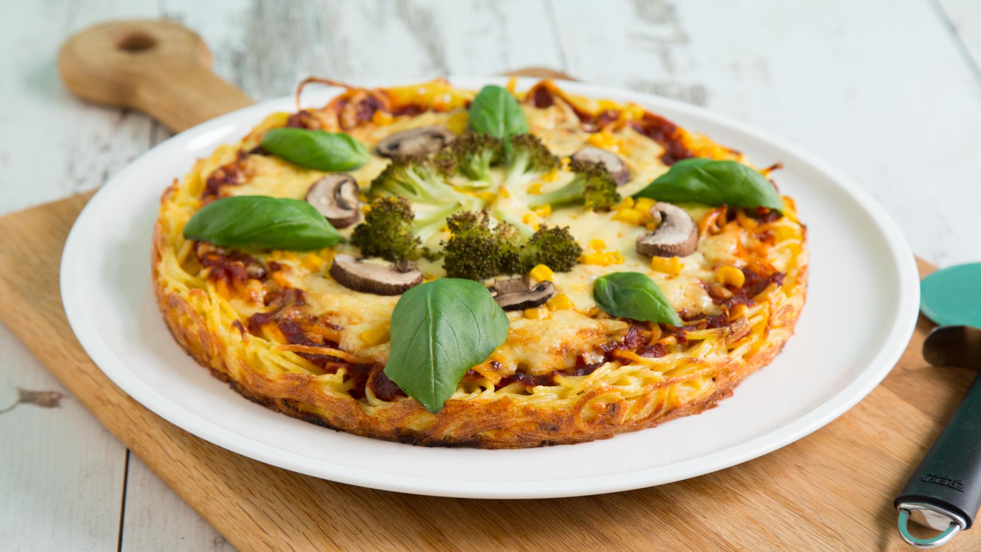 spaghetti pizza mit brokkoli und champigons. Black Bedroom Furniture Sets. Home Design Ideas